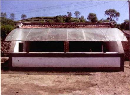 安装活动阳光板的单列半开放式牛舍